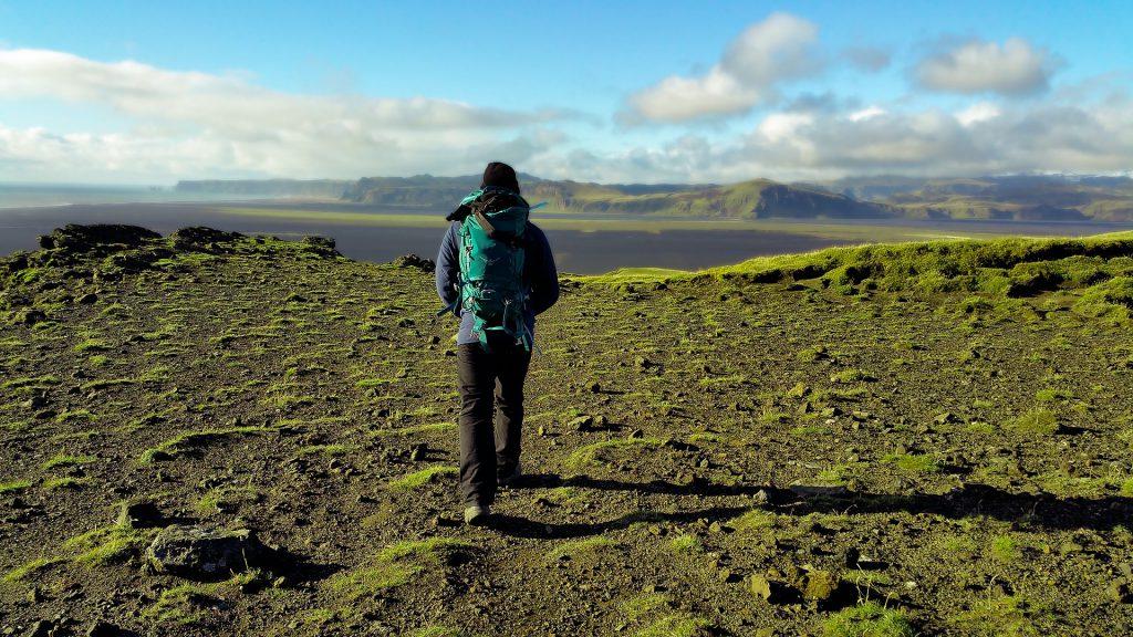Wandelaar onderweg naar...